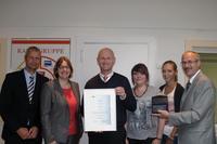 V. links nach rechts: Thomas Buhck , Sandra Wohlers , Matthias Kurtz, Auszubildende Jenny Rakau und Julia Körner, Dr. Ulrich Hoffmeister.
