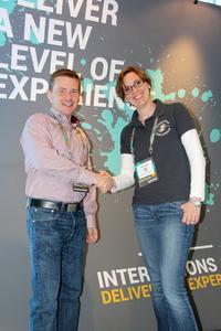 """v.l.n.r. Sven Kayser, Attensity, und Julia Ullrich, Interactive Intelligence, gemeinsam auf der Kundenveranstaltung """"Interactions"""" in Indianapolis, USA"""