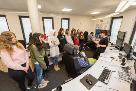 Zum Girls' Day kamen zwölf Mädchen in die WEMAG. Mitarbeiterin Annett Lux (rechts) erklärt den Schülerinnen die Aufgaben der Netzleitstelle. Foto: WEMAG/Stephan Rudolph-Kramer