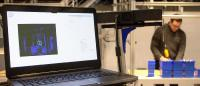 Ergonomie in der Montage: Eine 3D-Kamera beobachtet den Mitarbeiter, erfasst in Echtzeit die Position der Gelenke und Gliedmaßen und erkennt ungesunde Bewegungen. (Foto: IPH)