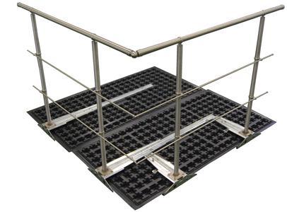 Bautechnisch vorteilhaft ist die ZinCo-Geländerbasis GB, da ihr Auflast-Prinzip eine Geländerbefestigung ganz ohne Dachdurchdringung ermöglicht!