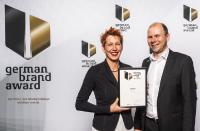 Jana Etter, Brand & Design Manage, und Joachim Frenzel, Product Marketing Manger, beide estos, nehmen den German Brand Award entgegen