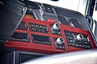 Für den besonderen Komfort im Inneren des Sleeper-Cab Fahrerhauses sorgt das rote Carbon-Optik Interieur, das farblich mit den Renault Trucks typischen roten Gurten sowie der roten Ambiente-Beleuchtung abgestimmt ist