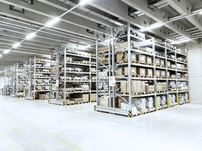 Aus dem Baukastensystem des Palettenregals PR 600 hat SSI Schäfer für CHIRON eine Regalanlage mit mehr als 700 Stellplätzen zur Einlagerung von großen Bauteilen für die Endmontage wie etwa bearbeitete Gussteile, Achsmotoren oder Fahrständer erstellt
