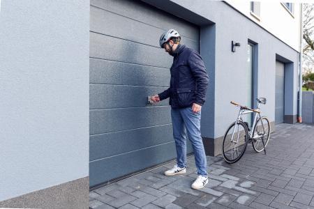 Mit dem Faltschloss Bordo PZ ist es möglich, den Haustürschlüssel auch für das Fahrradschloss zu nutzen. Denn das Schloss ist so konstruiert, dass dort jeder handelsübliche Zylinder eingesetzt werden kann, der auch in der Haustür oder der Garage steckt. © ABUS