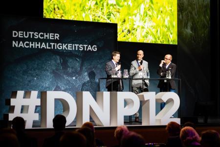 Kongress beim Deutschen Nachhaltigkeitstag in Düsseldorf: Dr. Christian Walter (links) und Dr. Stephan Ottens referierten. Rechts Stefan Schulze-Hausmann (Initiator des Deutschen Nachhaltigkeitspreises)