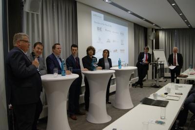 Die hochkarätigen Referenten beleuchteten das Topthema Eco Design von allen Seiten (v.l.n.r.): Dr. Michael Scriba (mtm plastics/Borealis), Harald Pilz (denkstatt), Philippe Blank (Henkel), Sander Defruyt (Ellen MacArthur Stiftung), Philip Heldt (Verbraucherzentrale NRW), Dr. Isabell Schmidt (IK), Dirk Jepsen (Ökopol) und Moderator Graham Houlder (Sloop Consulting)