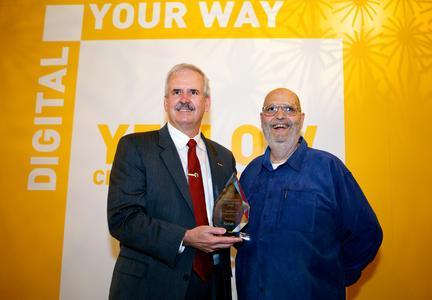 Frank Romano (rechts) erhält auf der drupa 2012 aus den Händen von Philip J. Faraci, Kodak President und Chief Operating Officer, den Print Ambassador Lifetime Achievement Award