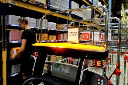 Die Kommissionierer bei Detailresult Logistiek BV können sich dank des iGo neo ganz auf ihre Arbeit konzentrieren, denn das Gerät folgt seinem Bediener automatisch auf Schritt und Tritt und stoppt in einer für ihn ergonomischen Beladeposition, Foto: STILL GmbH