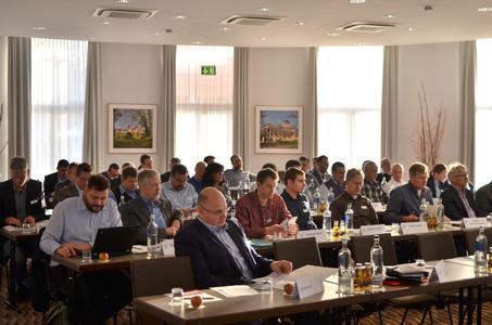 Vor großen Aufgaben: Die zahlreich erschienenen GIN-Mitglieder erwartete in Potsdam eine umfassende Agenda, zu der sowohl technische als auch marketingstrategische Fragen gehörten. (Foto: Achim Zielke für den GIN, Ostfildern; www.nagelplatten.de)