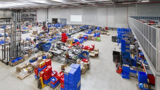 Blick auf die Konsolidierung und den Versandbereich im neuen Logistikzentrum von Dönges. Mit der Behälterfördertechnik von FÖRSTER & KRAUSE wurde das AutoStore-Lager optimal an die Warenflüsse angeschlossen.