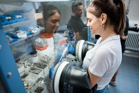Batterieforschung an der Hochschule Aalen: In einer sogenannten Glovebox (Handschuh-Kammer) werden Elektroden nach Bearbeitung mit dem Laser zu Batteriezellen zusammengesetzt. © Hochschule Aalen/Jan Walford