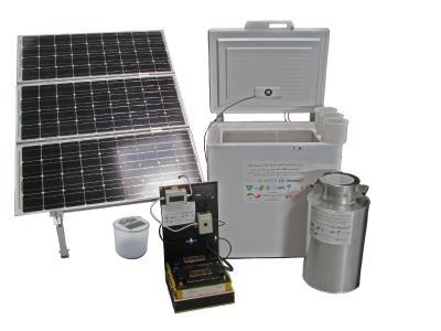 Das System besteht aus verschiedenen Komponenten, wie Solarmodulen, Gefriertruhe, Milchkannen etc.