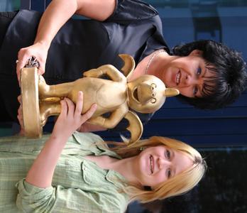 Sabine Schenk und Jackie Weiss freuen sich über die Auszeichnung des Goldenen Tabaluga