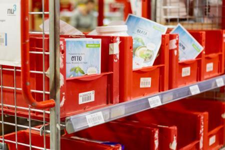 Adnymics Paketbeilagen finden den richtigen Platz auf dem Kommisionierwagen