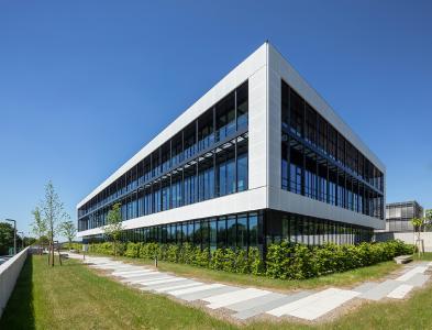 Die Außenhülle wurde als Aluminium-Pfosten-Riegelfassade FWS 50 von Schüco umgesetzt / Bildnachweis: Schüco International KG // Fotograf: Atelier Altenkirch