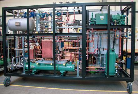 Die LAUDA Prozesskühlanlage während der Montage im geöffneten Zustand. LAUDA lieferte Temperieranlagen an den Automotive-Dienstleister Bertrandt. (Quelle: LAUDA)