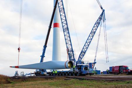 Montage eines knapp 60 Meter langen Rotorblatts am Standort Imsweiler im rheinland-pfälzischen Donnersbergkreis. Dort hat ABO Wind im Januar 2019 drei Nordex N117 ans Netz gebracht
