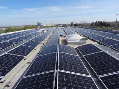 Solaranlage auf gesamtem Hallendach