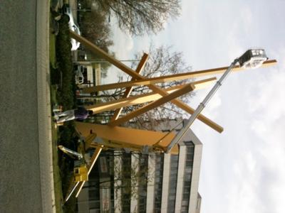 """Die neue Gelenk-Teleskop-Arbeitsbühne GKG 222 bei der Restauration der Skulptur """"Fulcrum"""" in Eschborn."""
