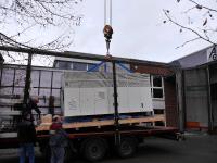 Die Drehbank hängt am Haken und wird vom Lkw gehoben.