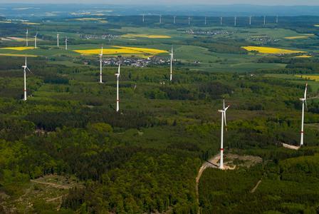 Wegweisend für die Windkraftplanung an Waldstandorten ist der Windpark Klosterkumbd, den ABO Wind 2011 im Hunsrück errichtet hat. Die sechs Windenergieanlagen vom Typ REpower 3.4M104 mit einer Nennleistung von jeweils 3,4 Megawatt produzieren an dem Waldstandort jährlich rund 39 Millionen Kilowattstunden Strom – das entspricht dem Bedarf von mehr mehr als 11.000 durchschnittlichen Haushalten