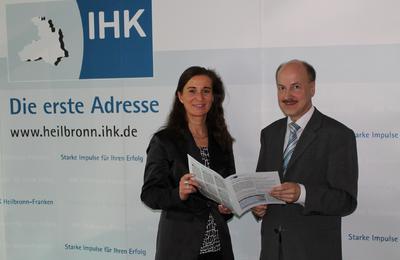 IHK-Hauptgeschäftsführerin Elke Schweig und Dr. Helmut Kessler (stellvertretender Hauptgeschäftsführer) präsentieren den Wirtschaftslagebericht der IHK Heilbronn-Franken für das erste Quartal 2013