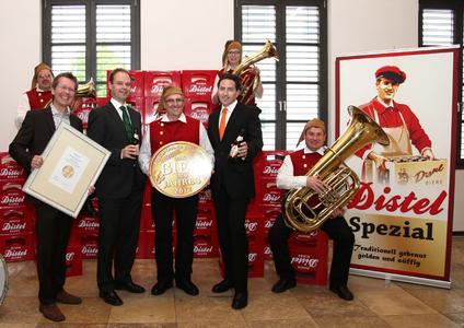 Die Gründer des ProBier-Club Matthias Kliemt (ganz links) und Frank Winkel (rechts außen) freuen sich mit den Distelhäuser Geschäftsführern Roland Andre (im Kostüm der Distelhäuser Kapelle) und Achim Kalweit  über die Wahl zum Bier des Jahres