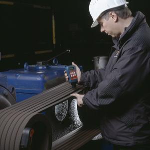 Der hochpräzise, optisch-elek¬tronische FAG TRUMMY2 ist ein Messinstrument zur Optimierung der Riemenspannung. Sein verbessertes Design ermöglicht jetzt das Messen mit nur einer Hand.