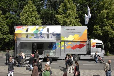 Die Ausstellung im Fraunhofer-Truck steht an der Würzburger Friedensbrücke (am Viehmarkt) allen Interessierten offen: Am 21. Oktober von 15:00 bis 18:00 Uhr sowie am 22. Oktober 2009 von 9:00 bis 18:00 Uhr