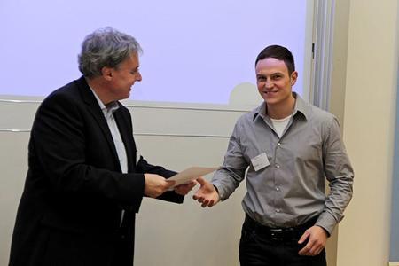 v.l.n.r.: Prof. Dr. Armin Heinzl überreicht Michèl Klein die Urkunde für den Wissenschaftspreis. Foto: InES