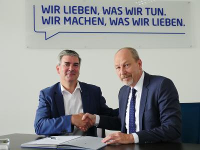 (v.l.n.r.) Andreas Berents (Euromaster) und Dieter Jacobs (LeasePlan) besiegeln die erweiterte Zusammenarbeit mit einem Handschlag. Vor ihnen liegt die frisch unterzeichnete Kooperationsvereinbarung – Euromaster wird LeasePlan damit auch im Bereich Instandhaltung unterstützen (Fotoquelle: Euromaster)