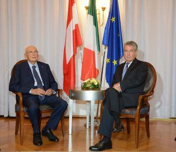 Italiens und Österreichs Staatspräsidenten Giorgio Napolitano und Heinz Fischer auf zwei Stühlen von SELVA im Meraner Kurhaus bei bilateralen Gesprächen, gefolgt von der Pressekonferenz (Bild: DiKOM/Südtiroler Landesregierung)