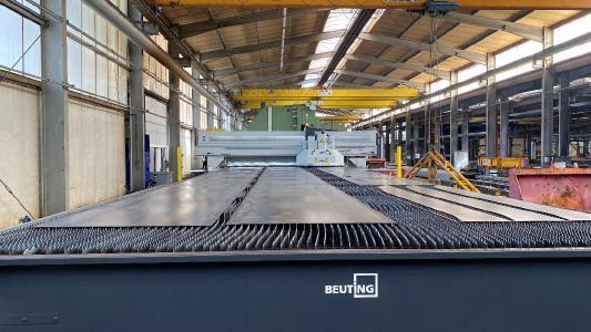 Foto 1: Die LaserMat® II bietet Klostermann genau die passende Lösung für die Bearbeitung von sehr großen und schweren Blechen, die die Stahlexperten gesucht hatten.