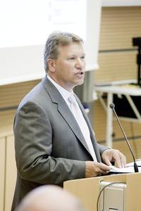 In seiner Begrüßungsrede mahnte Rainer Schulz, CEO der REHAU Gruppe, den Klimawandel aktiv zu bekämpfen