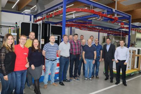 Die 12-köpfige Besuchergruppe aus dem Baltikum zu Gast im Kompetenzzentrum Holzoberfläche. Im Fokus standen neben den technischen Möglichkeiten auch die Induline-Premium-Coatings. Bildquelle: Remmers, Löningen