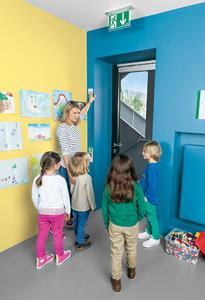 Beispiel von ASSA ABLOY für eine Türsicherung in Kindertagesstätten mit einem Taster für Erwachsene und einem Notfallschalter für Kinder / Foto: ASSA ABLOY Sicherheitstechnik GmbH