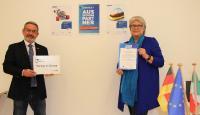 Handwerkskammerpräsident Johannes Ullrich und Mobilitätsberaterin Heike Schierbaum freuen sich über die doppelte Akkreditierung der Mobilitätsberatung durch Erasmus