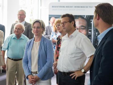 Am 17. Juli besuchte Wirtschaftsministerin Nicole Hoffmeister-Kraut mit Minister Peter Hauk und Landtagsabgeordneten die Firma Weiss in Buchen