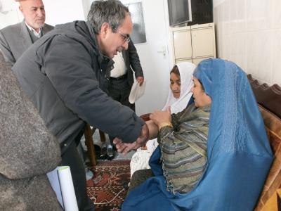 Dr. Azim Mosafer untersucht Patienten in Afghanistan. Wenn er nicht vor Ort ist, stellt er Diagnosen über die TecArt Software