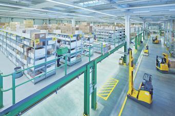 Der Einbau einer Bühne mit 3.600 Quadratmetern und eine neue Halle mit 3.000 zusätzlichen Palettenstellplätzen schafft Platz für mehr Ware.
