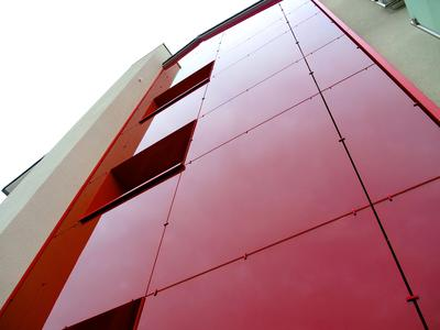 Die entsprechend der Statik gewählten Scheiben sind kaum sichtbar an der Aluminium-Unterkonstruktion befestigt, Foto: Caparol Farben Lacke Bautenschutz/Axel Schmidt-Adlung