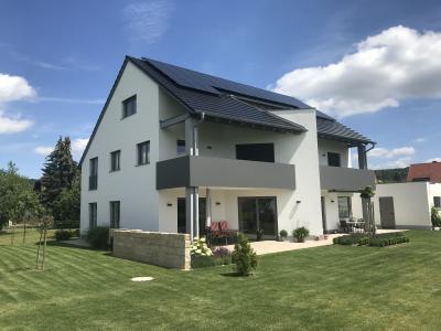 Familie Popp erzeugt mit einer Photovoltaik-Anlage und einer Wärmepumpe klimaschonend Energie für den Haushalt, die Raumheizung und das warme Wasser sowie das Elektroauto. Foto: Gerhard Popp