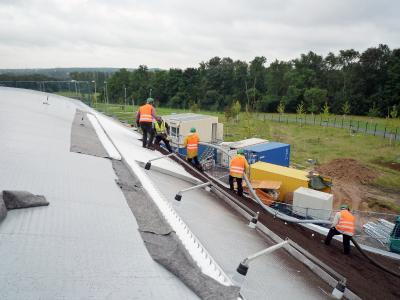 """Systemerde """"Steinrosenflur"""" wird auf das Dach geblasen. Quelle: GRÜN+DACH / ZinCo"""