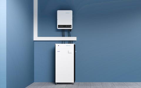 Der neue FENECON Home Speicher kann schnell und platzsparend installiert werden (Bild: FENECON)