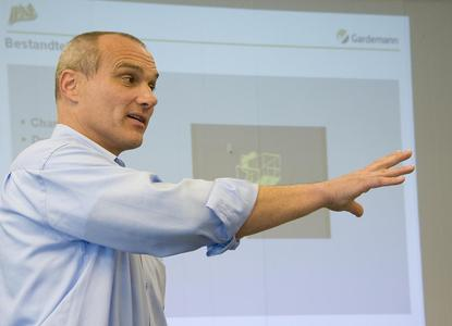Der IPAF-Trainer Stefan Nowak bildet die Schulungsteilnehmer zuerst in der Theorie aus.