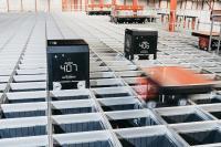 In dem maßgeschneiderten AutoStore-Lager von Boozt arbeitet der Black Line B1-Roboter mit dem Red Line R5-Roboter Hand in Hand.
