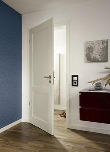 Mit seiner hohen Ringfestigkeit eignet sich der lösemittelbasierte HSC-245-High-Solid-Colorlack für die dekorative Gestaltung von hochwertigen Möbeln und für den exklusiven Innenausbau inklusive fest eingebauter Bauteile wie Innentüren / Bildquelle: Remmers Baustofftechnik, Löningen