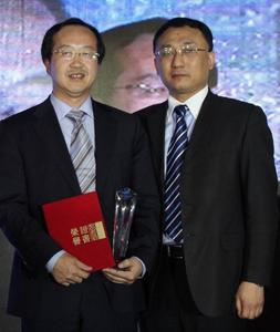 "Dr. Gou Jianhui, Managing Director and President of Schaeffler Group Industrial Greater China (left), received the ""2010 Technical Cooperation Award"" from Mr. Wu Kai, Supply Chain Management General Manager of Xinjiang Goldwind Science & Technology Co., Ltd. (right)"