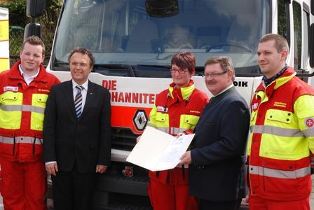 Bundesinnenminister Friedrich (2. v. l.) und Innenstaatssekretär Eck (4. v. l.) übergaben in Bad Berneck 22 Renault Midlum Doka an die Einsatzkräfte